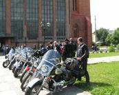 Wataha ustawiła swoje motocykle tuż przed Katedrą.