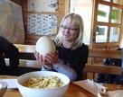 Jajo Strusia, a w misce jajecznica z jednego jajeczka