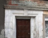 Dawne napisy sklepowe na budynku przy ul.Dobrzeckiej 34