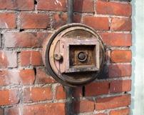 Pożąrowe urządzenie przyzewowe z początku ubiegłego wieku na budynku przy ul.Granicznej 1