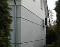 Opaska  pod elewacją domu z kostki kamiennej, zabrudzenie mikrobiologiczne