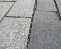 Kostka kamienna wyczyszczona, zaimpregnowana i zafugowana dwukolorowym grysikiem z Agrobud Spółka z o.o