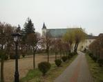 Widok na kościół z ogrodu