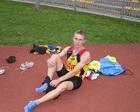 Damian przygotowuje się do biegu