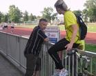 Lenka w dyskusji z trenerem