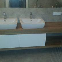 szafka łazienkowa drewniana z białymi frontami
