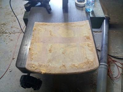 usuwanie starej, wysłużonej pianki na siedzisku krzesła