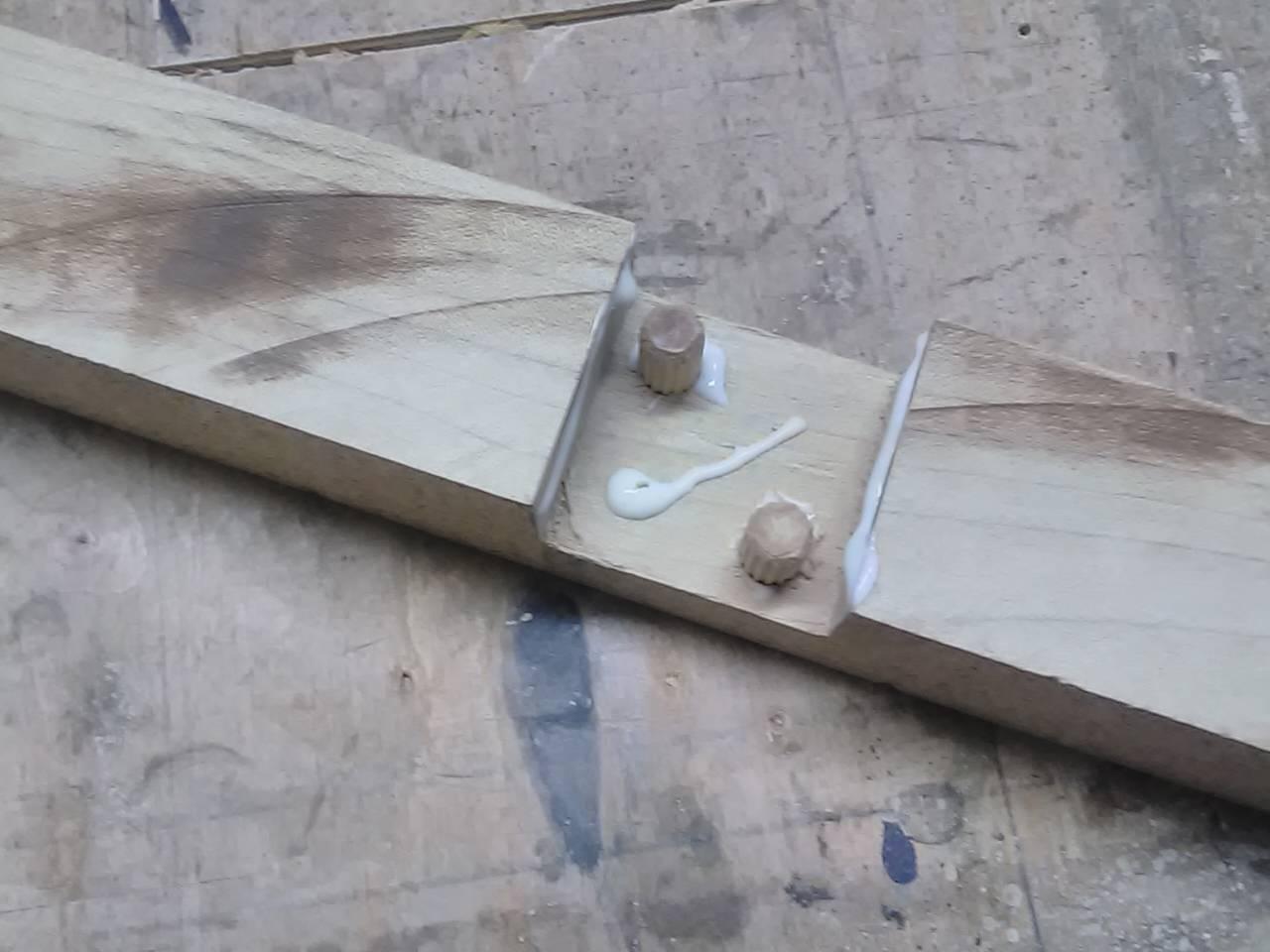 osadzenie kołków w nóżce drewnianej krzyżowej