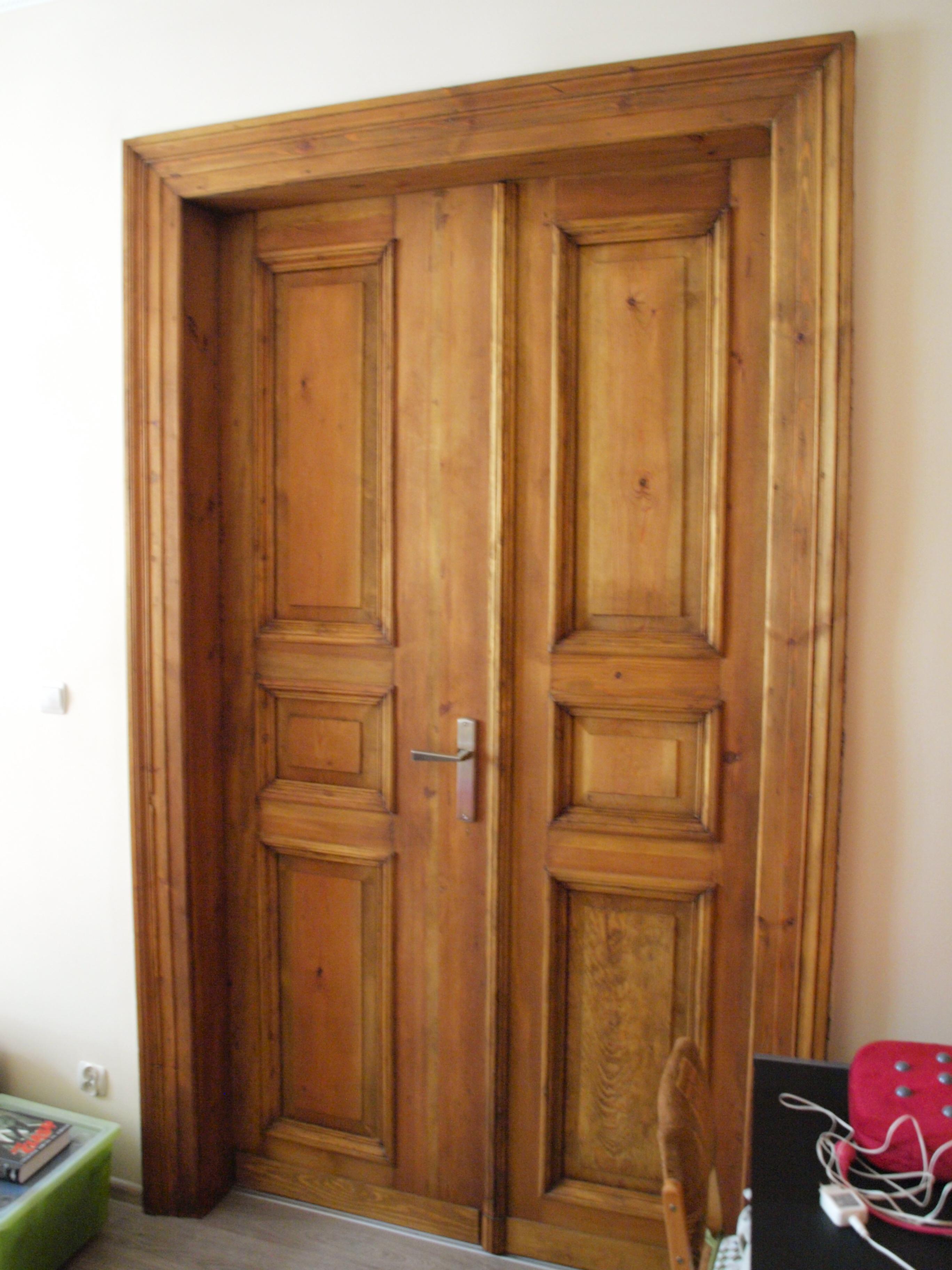 drzwi płycinowe z profilami z drewna sosnowego stolarz wrocław