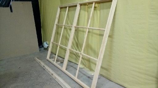 szklenie ramy okiennej drewnianej u rzemieslnika