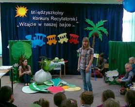 """Wiersz """"Słowik"""" w wykonaniu Kasi i Ani."""
