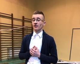 Zwycięzca konkursu recytatorskiego w gimnazjum.
