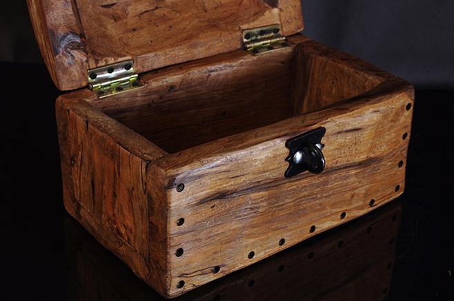 kufer rzeźbiony